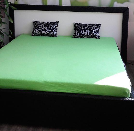 Manželská posteľ na roštoch s úložným priestorom